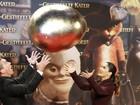 Antonio Banderas e Salma Hayek brincam com ovo gigante em evento