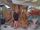 Em São Paulo, Bar Refaeli se diverte com tamanho de árvore