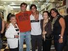 Rodrigo Simas, de 'Fina Estampa', confere estreia do irmão no teatro