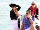 Paris Hilton anda de barco com novo namorado