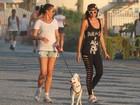 Com visual roqueira, Ellen Jabour caminha na orla, no Rio