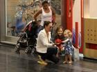 Fernanda Rodrigues e Carolina Ferraz se encontram em shopping