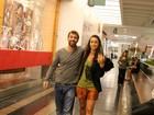 Marcelo Faria posa com fãs em passeio com a mulher