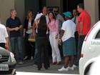 Adriano posa com fã ao deixar restaurante em São Paulo