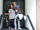 Ricardo Pereira deixa a maternidade com a mulher e o filho recém-nascido