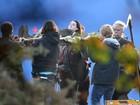 Kristen Stewart é carregada em maca em filmagens de 'Snow White'