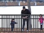 Marido de Gisele Bündchen brinca com o filho do casal em parque de Boston