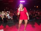 Mulher Melancia faz sucesso com vestido curto e decotado em show