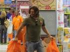 Papai (Noel?) Dado Dolabella faz a festa em loja de brinquedos