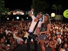 Claudia Leitte canta de shortinho jeans em Salvador