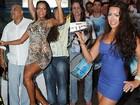 Quitéria Chagas esquenta a quadra da Vila Isabel com minivestido