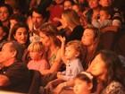 Fernanda Lima leva os filhos para assistir a peça infantil