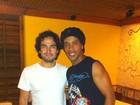Ex-RBD Alfonso Herrera realiza sonho e conhece Ronaldinho Gaúcho
