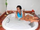 Na banheira, Solange Gomes aproveita dia de beleza