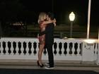 Depois de prêmio, Bruno Mazzeo ganha beijos de Juliana Didone
