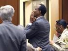 Médico de Michael Jackson manda beijinho ao sair do tribunal
