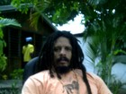 Enquanto Isabeli pensa em trabalho, Rohan Marley descansa na mata