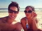 De fio dental, Carol Macedo curte praia acompanhada