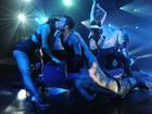 Ricky Martin dá beijão em dançarina em show ousadíssimo