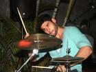 Dudu Azevedo toca bateria em show no Rio