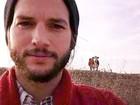 Revista: Ashton Kutcher passa feriado rodeado de mulheres em bar
