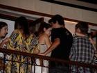 Sthefany Brito troca carinhos com namorado em inauguração de bar