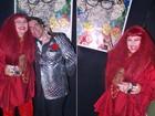 De peruca vermelha, Elke Maravilha revive show de calouros de Chacrinha