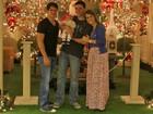 Fernanda Pontes leva a filha para ver Papai Noel em shopping