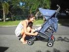 Priscila Fantin passeia com o filho