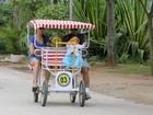 Mônica Martelli anda de quadriciclo com o marido e a filha no Rio