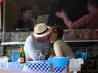 Dá uma espiadinha! Pedro Bial beija namorada em restaurante no Rio