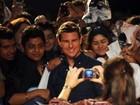 Tom Cruise tira fotos com fãs na Índia