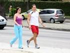 Luma de Oliveira caminha com o namorado no Rio