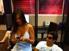 Nicole Bahls escolhe look camisola para ir ao banco com o namorado