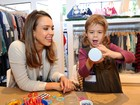 Filha de Jessica Alba se diverte com a mãe em inauguração de loja