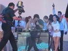 Jesus Luz discoteca acompanhado por dançarinas no México