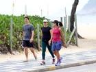 Malu Mader caminha com amiga em praia carioca