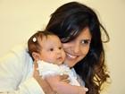 Aline Barros leva a filha bebê para consagração em igreja