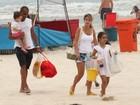 Deivid, jogador do Flamengo, vai à praia com a família toda no Rio