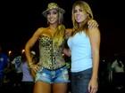 Valesca recebe Bruna Surfistinha em ensaio de escola de samba