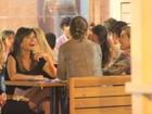Ana Lima janta com amigas na Zona Sul do Rio