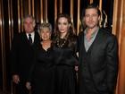 Pais de Brad Pitt prestigiam pré-estreia de filme de Angelina Jolie