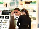 Fred, do Fluminense, experimenta óculos de sol em aeroporto