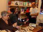 Maitê Proença dá selinho em Edwin Luisi em lançamento de livro