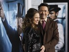 Robert Downey Jr. acaricia a barriga da mulher em première nos EUA