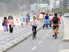 Ana Lima anda de bicicleta na orla carioca