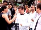 Luciano Huck ganha presente de fã após gravação no Rio
