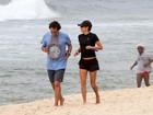 Andréa Beltrão corre na praia com o marido