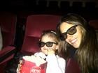 Alessandra Ambrósio assiste a filme 3D com a filha