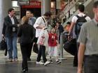 Henri Castelli circula com o filho, Lucas, em aeroporto em São Paulo